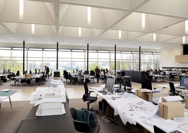 De werkplek van de architect. Worden aan deze tafels de universiteitsgebouwen van de toekomst ontworpen?